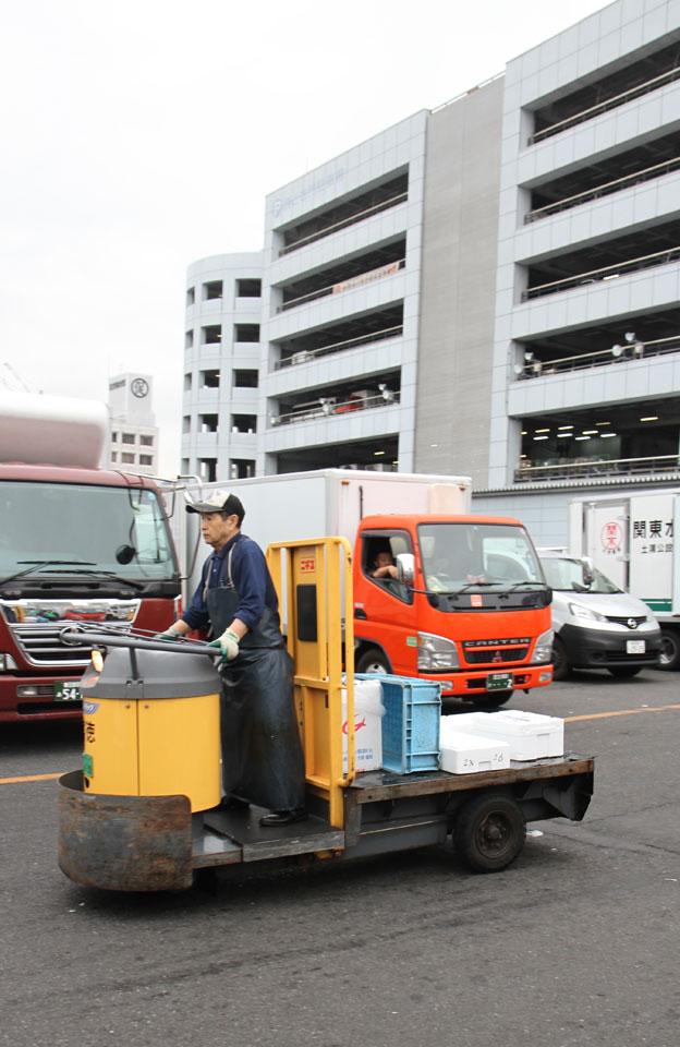 Tsukiji Fischmarkt | Herumschwirrende Stapler