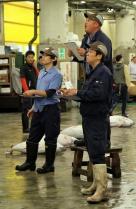 Tsukiji Fischmarkt |  Thunfischversteigerung-Der Marktschreier umzingelt von Käufer