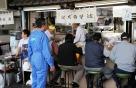 Tsukiji Fischmarkt |  Morgenessen am Marktstand