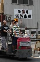 Tsukiji Fischmarkt | Arbeiter teilen sich einen Stapler