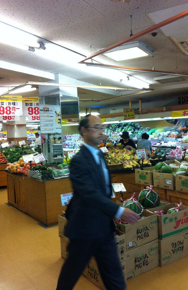 Ito | Einkaufen im Supermarkt (man beachte die Melonen-Halterung)