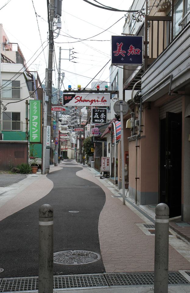 Ito | Typische Strasse «unter Strom»