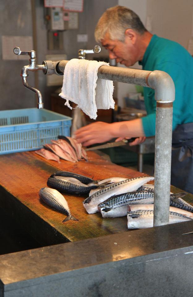 Ito | Fischer fischt und filetiert frischen Fisch
