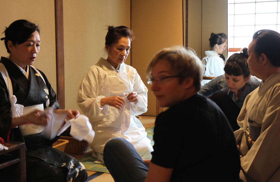 Ito | Geisha-Akademie, Vorbereitung zum Ankleide-Ritual