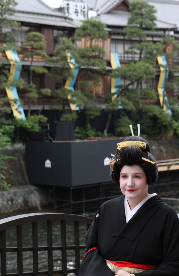 Ito | Geisha-Akademie, Outdoor-Posing mit Akademie-Hintergrund